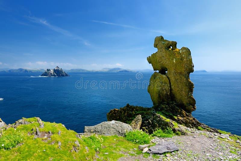 Skellig Michael o grande Skellig, casa al resti rovinato di un monastero cristiano Abitato in da varietà di uccelli marini Unesco fotografia stock libera da diritti