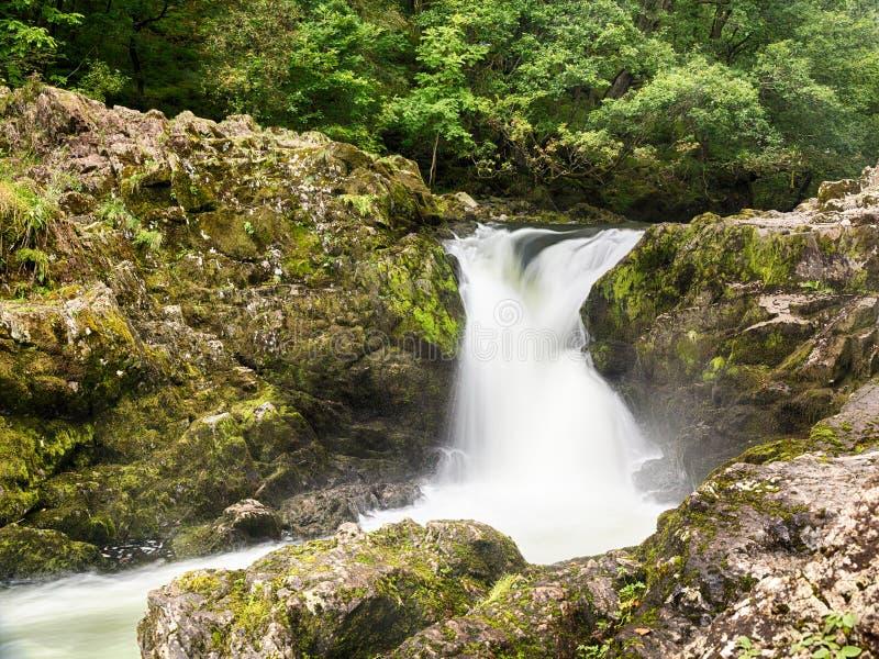 Skelwith понижается водопад в заречье озера стоковая фотография rf