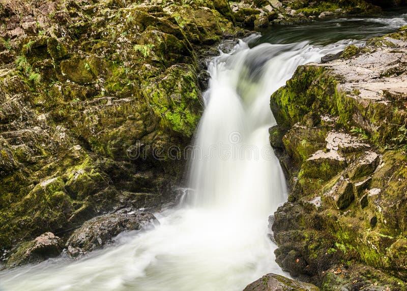 Skelwith baja cascada en districto del lago foto de archivo