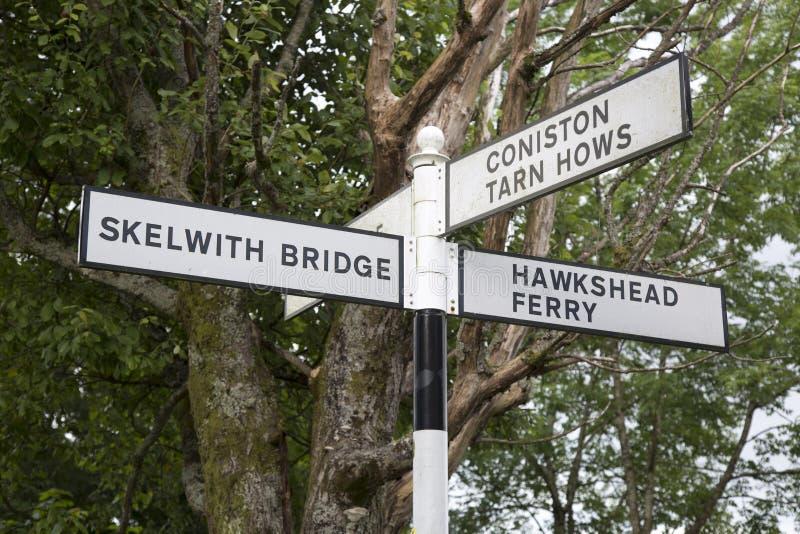 Skelwith bro, Coniston och Hawkshead färjavägvisare; Sjö Dis royaltyfri foto