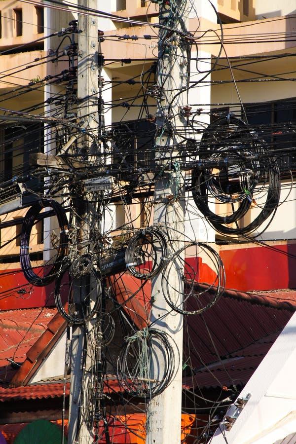 Skenbart kaotisk strömförsörjning i Thailand - men den fungerar royaltyfri fotografi