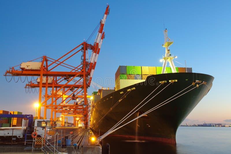 Skepp för behållarelastfrakter royaltyfria bilder