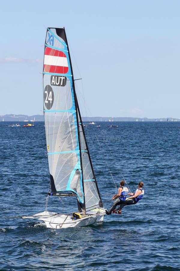 Skepp för segling för kvinnaösterrikare 49er FX under den segla världsmästerskapet 2018 i Århus, Danmark arkivfoto