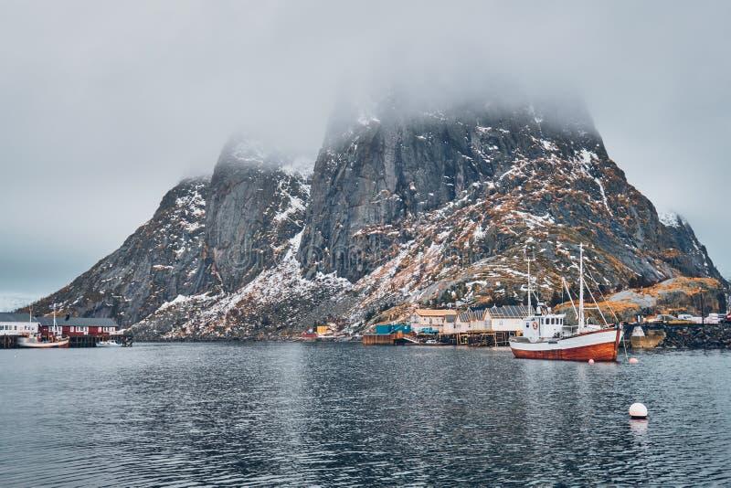 Skepp i det Hamnoy fiskeläget på Lofoten öar, Norge arkivbild