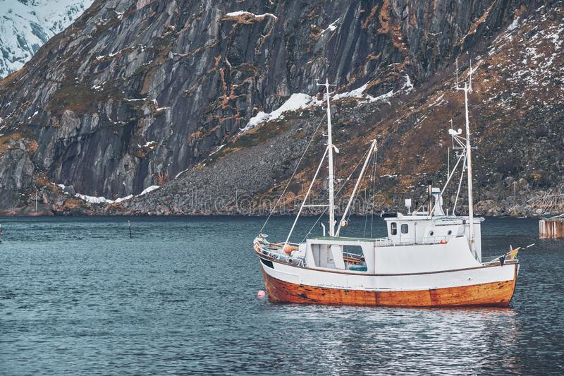 Skepp i det Hamnoy fiskeläget på Lofoten öar, Norge arkivbilder