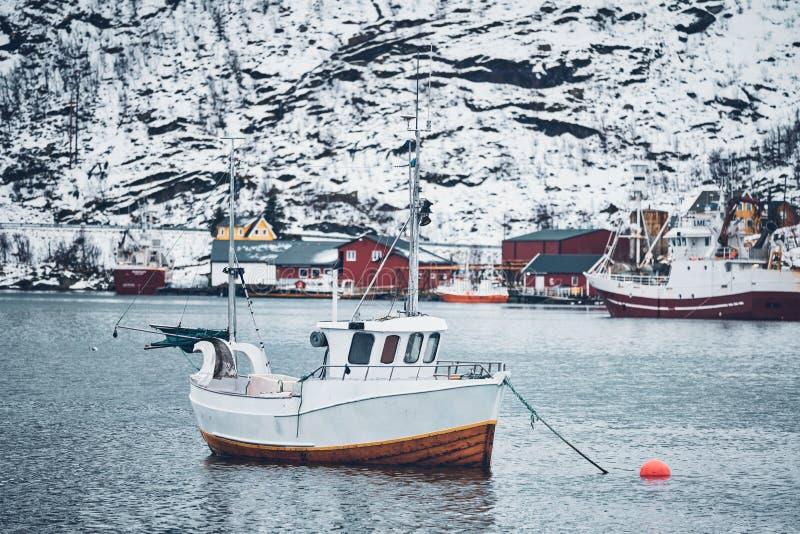 Skepp i det Hamnoy fiskeläget på Lofoten öar, Norge arkivfoto