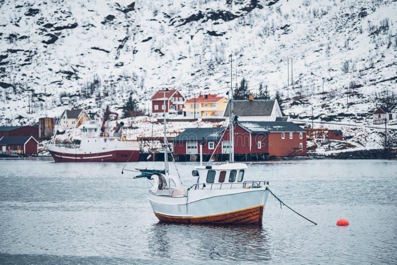 Skepp i det Hamnoy fiskeläget på Lofoten öar, Norge royaltyfri bild