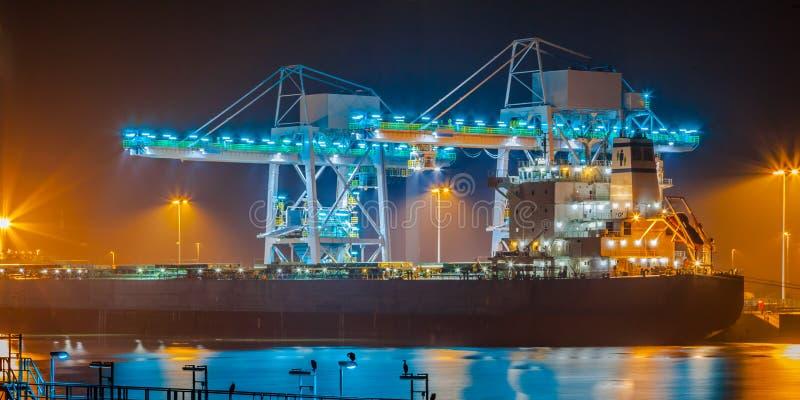 Skepp i en hamn på natten arkivbilder