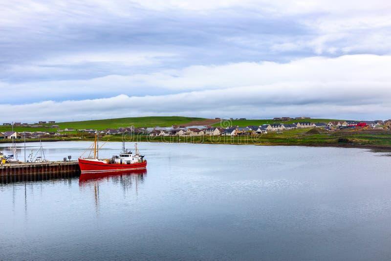 Skepp i hamnen av Stomness royaltyfri foto