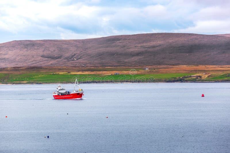 Skepp i hamnen av Stromness fotografering för bildbyråer