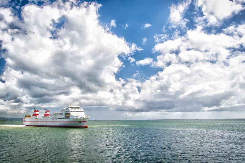 Skepp i havet på molnig blå himmel Seascape med haveyeliner och moln Sommarsemester, affärsföretag och reslustbegrepp Vattentra fotografering för bildbyråer