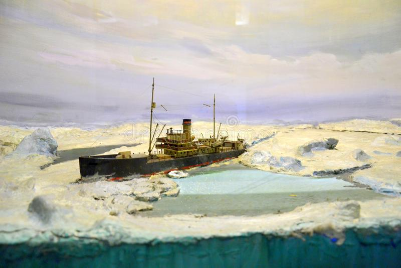 Skepp i isen av arktisken arkivfoto