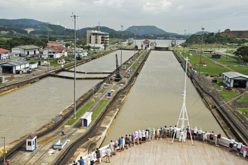 Skepp i lås för Panama kanal arkivbilder
