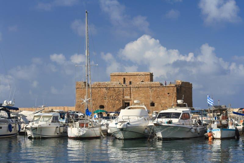 Skepp i port på bakgrunden av fästningen av Paphos Cypern royaltyfri bild