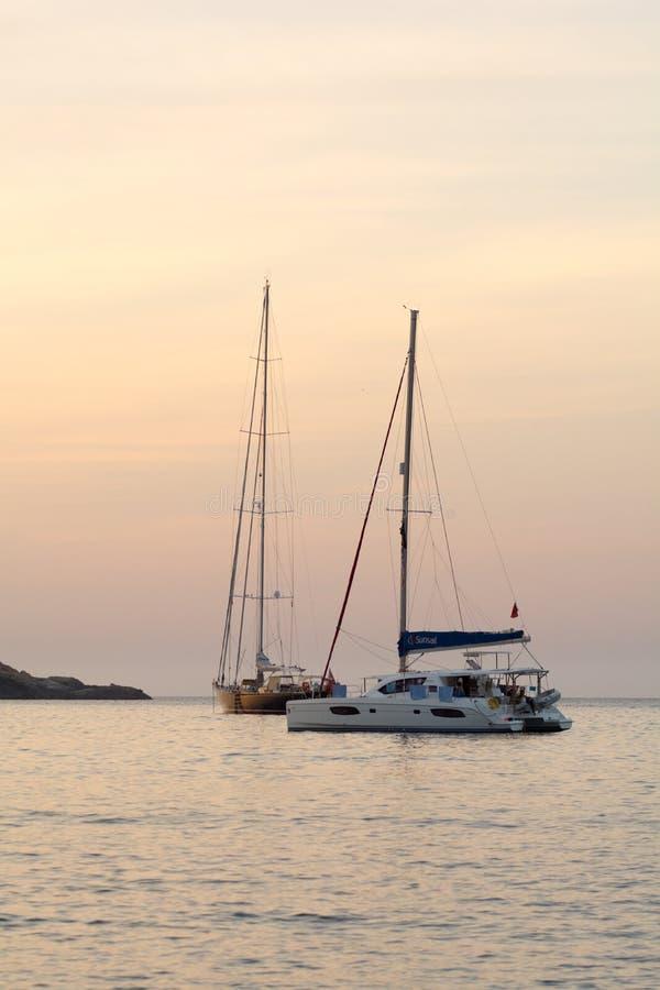 Skepp i stranden för es Rencli för s-`-Illot D `, Portinatx, Ibiza, Islas Baleares, España royaltyfri foto