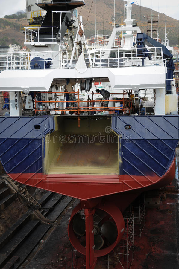 Skepp i torr skeppsdocka arkivfoto