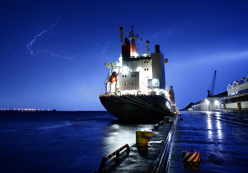 Skepp med stormen royaltyfri bild