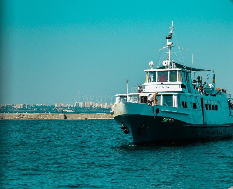 Skepp nära den Odessa kusten/Black Sea royaltyfria bilder