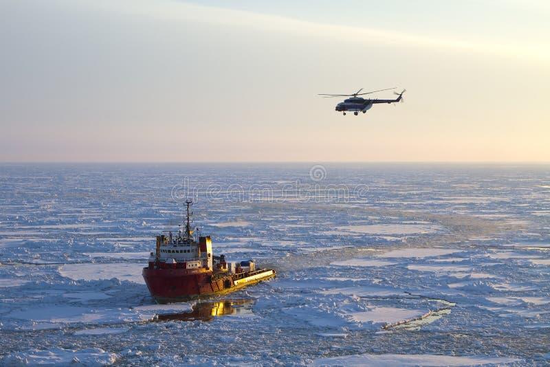 Skepp och helikopter i arktisken royaltyfri foto