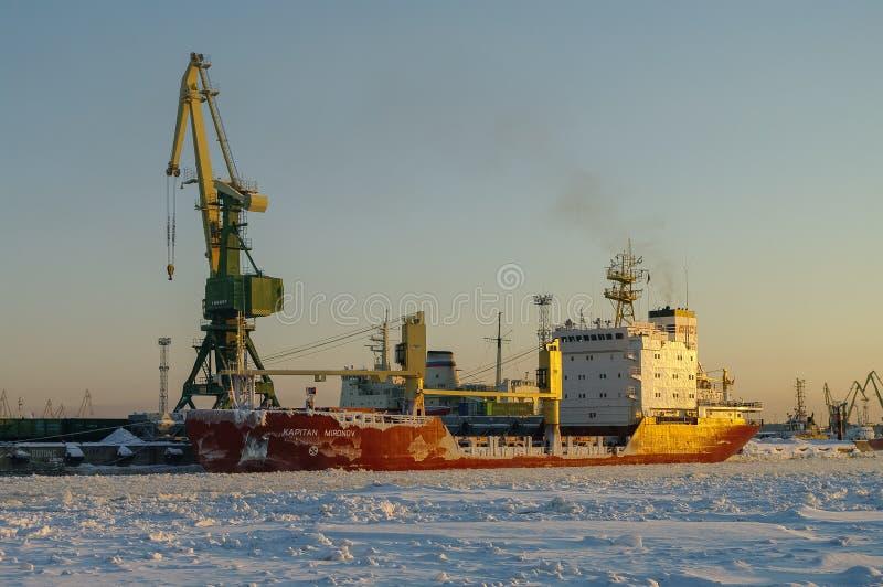 Skepp och kranar i lastport av St Petersburg i vintertid arkivfoton
