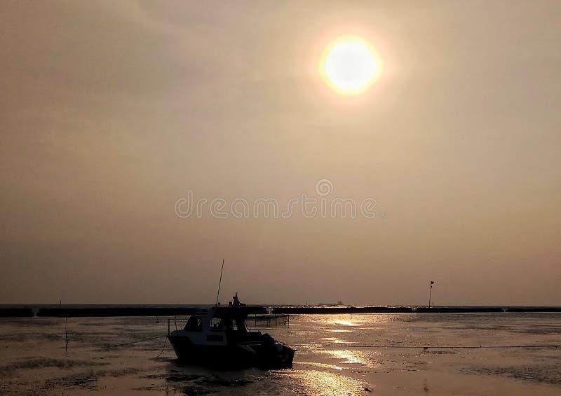 Skepp och solnedgång arkivfoto