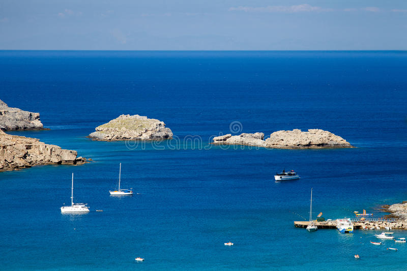 Skepp på den medelhavs- blåa lagun Grekiska steniga klippor och t royaltyfri bild