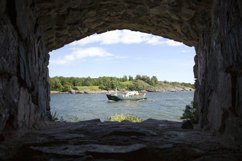 Skepp på havet som ses från suomenlinna arkivfoton