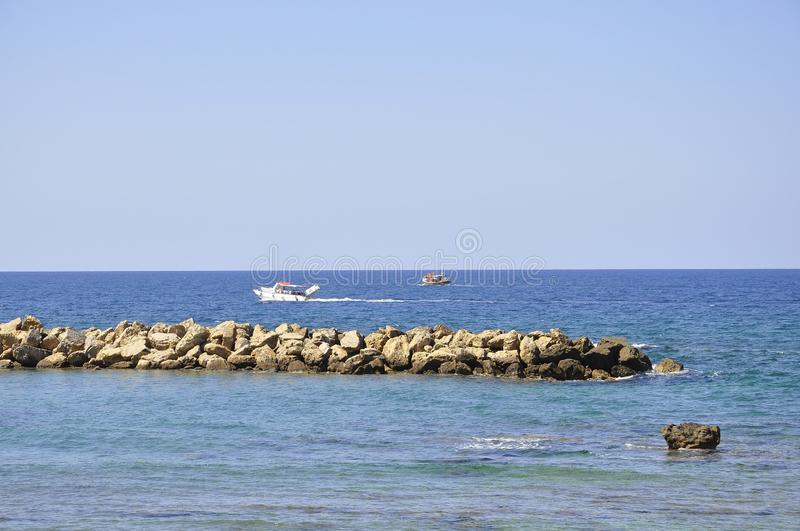 Skepp på havssikten från Chania i Kreta av Grekland royaltyfri bild