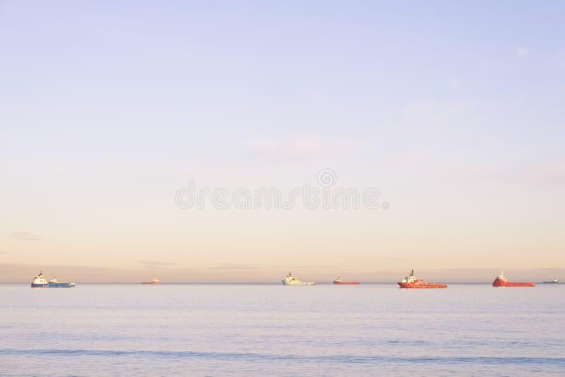 Skepp på horisont i havet på solnedgången i Nordsjö på Aberdeen arkivbild