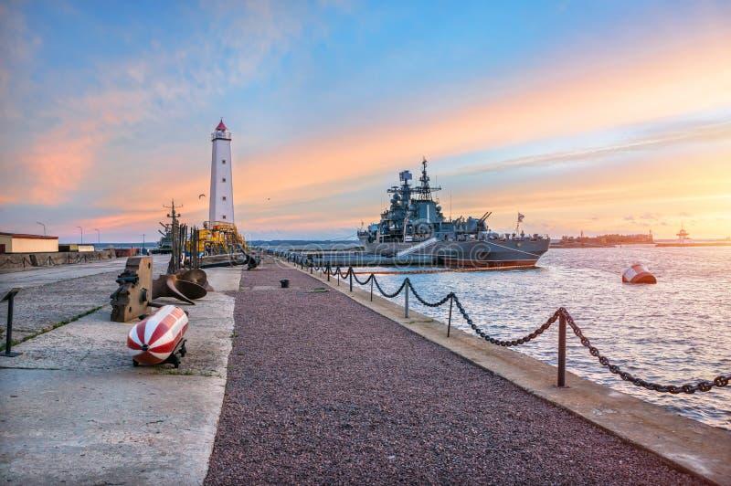 Skepp på pir nära fyren i Kronstadt arkivbild