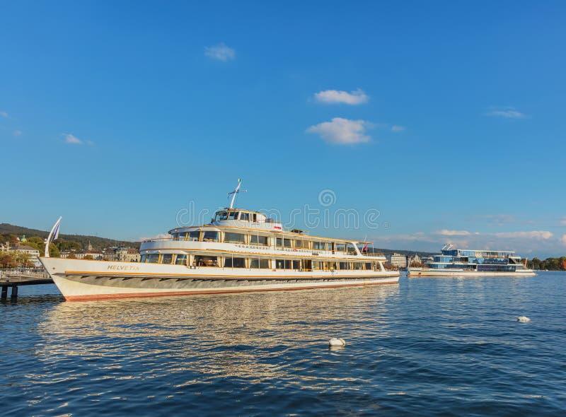Skepp på sjön Zurich på solnedgången fotografering för bildbyråer