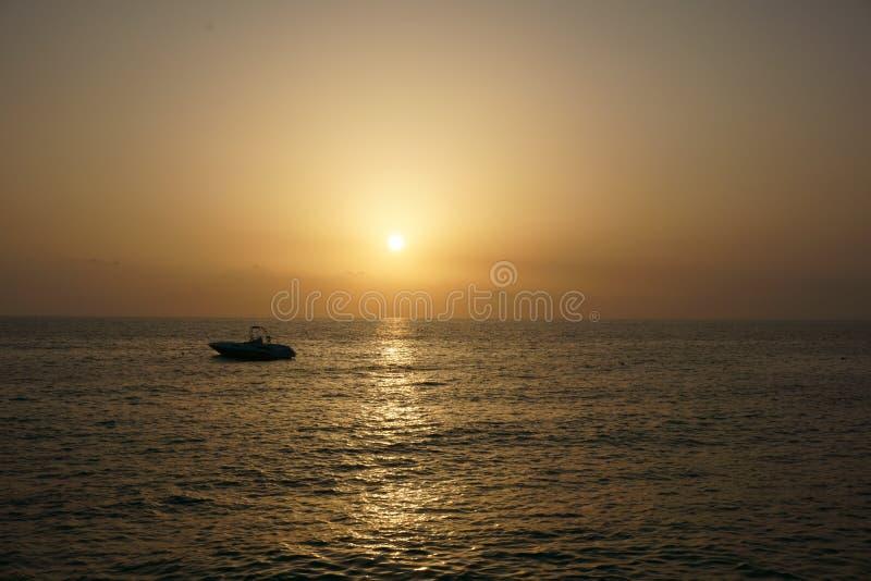 Skepp på solnedgångbakgrund i Turkiet fotografering för bildbyråer