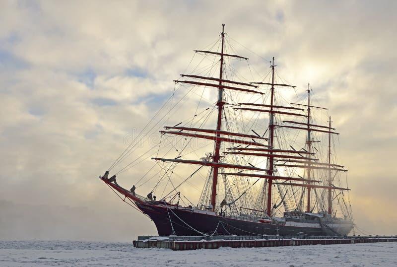 Skepp Sedov i isen i St Petersburg royaltyfri foto
