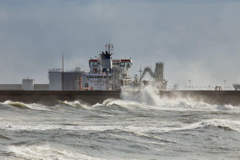 Skepp som lastar av kemikalieer arkivfoton