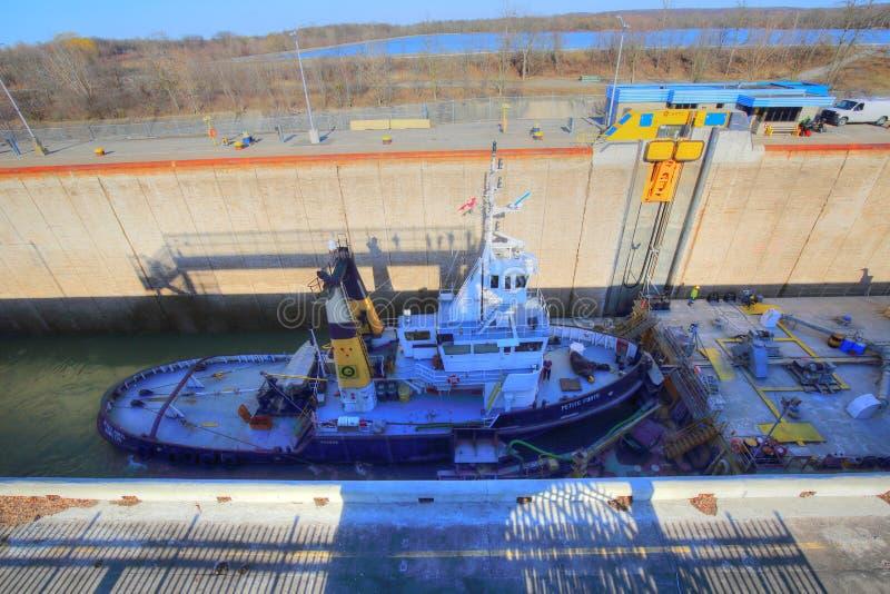 Skepp som passerar till och med Welland Canal arkivbild