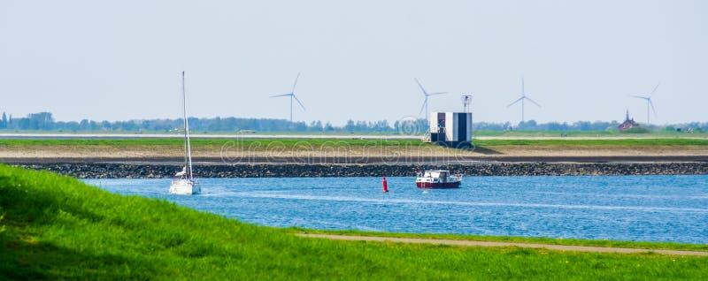 Skepp som seglar i hamnen av Tholen, Bergse diepsluis, Oosterschelde, zeeland, det nederländskt royaltyfria foton