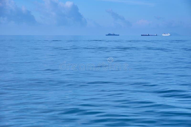 Skepp som seglar på det ensamma havet arkivbilder