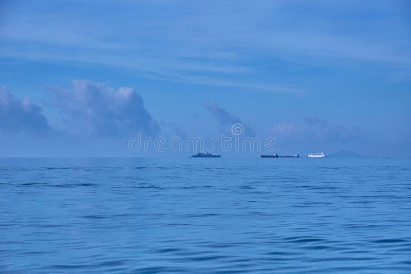 Skepp som seglar på det ensamma havet royaltyfria bilder