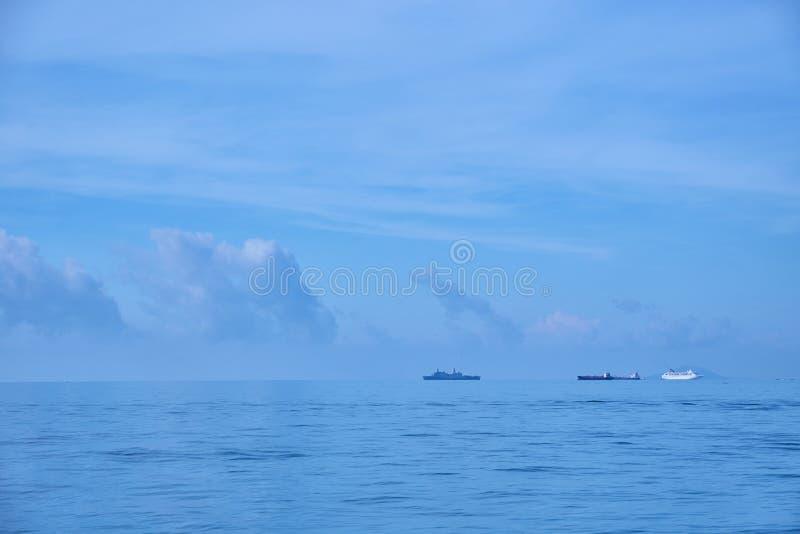 Skepp som seglar på det ensamma havet royaltyfri bild