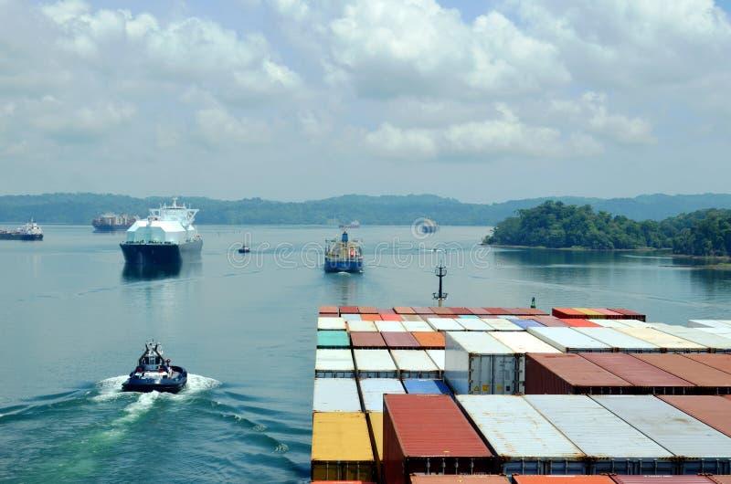 Skepp under transport till och med den Panama kanalen royaltyfria foton