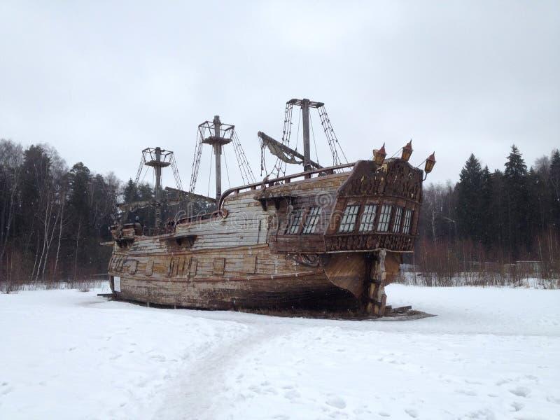 Skepp Vinterlandskap med ett skepp arkivfoto