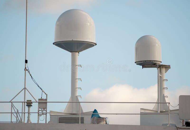 Skeppantenn och navigeringsystem i en himmel arkivfoto