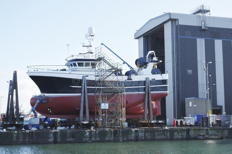 Skeppbyggnad och kran i den portGlasgow Shipbuilding Scaffold Dock Harbor hamnen royaltyfri fotografi