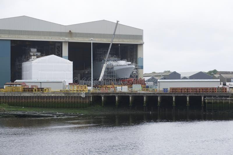 Skeppbyggnad och kran i port Glasgow Shipbuilding Scaffold Dock Harbor arkivfoto