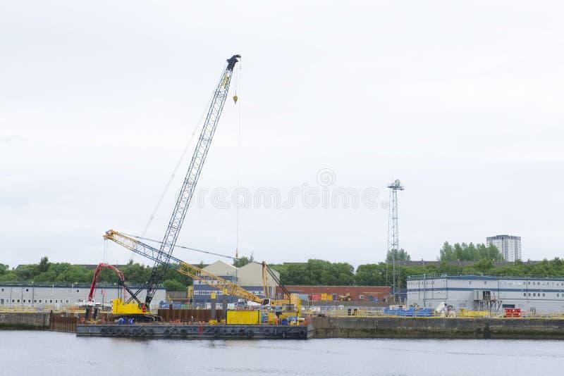 Skeppbyggnad och kran i port Glasgow Shipbuilding Scaffold Dock Harbor arkivbild