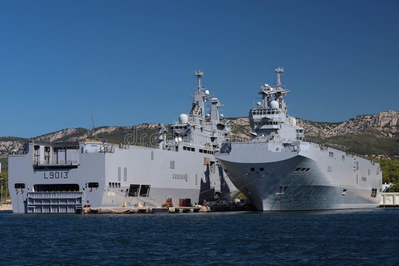 Skeppen för amfibisk anfall Le Mistral och Le Tonnerre som anslutas i den Frankrike maringrunden på hamnen av Toulon, Frankrike royaltyfri bild