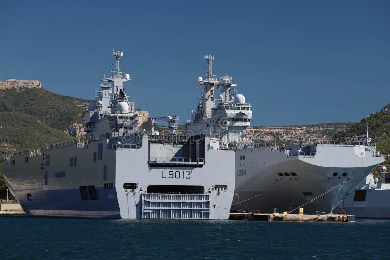 Skeppen för amfibisk anfall Le Mistral och Le Tonnerre som anslutas i den Frankrike maringrunden på hamnen av Toulon, Frankrike royaltyfria bilder