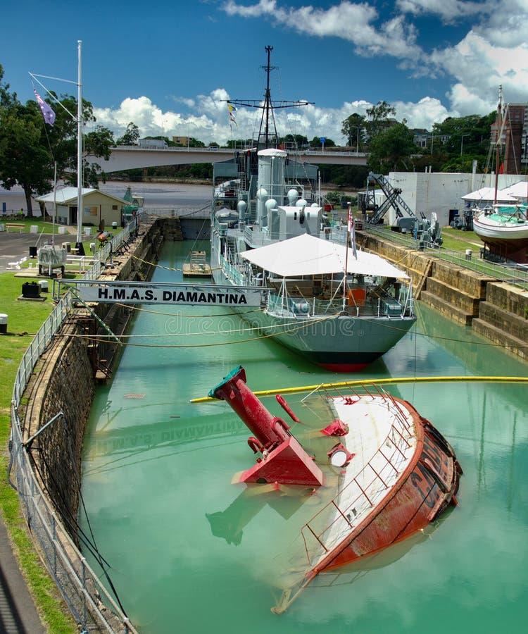 Skeppet Carpentaria led kapsejsar under de Brisbane floderna 2010-11 royaltyfria bilder