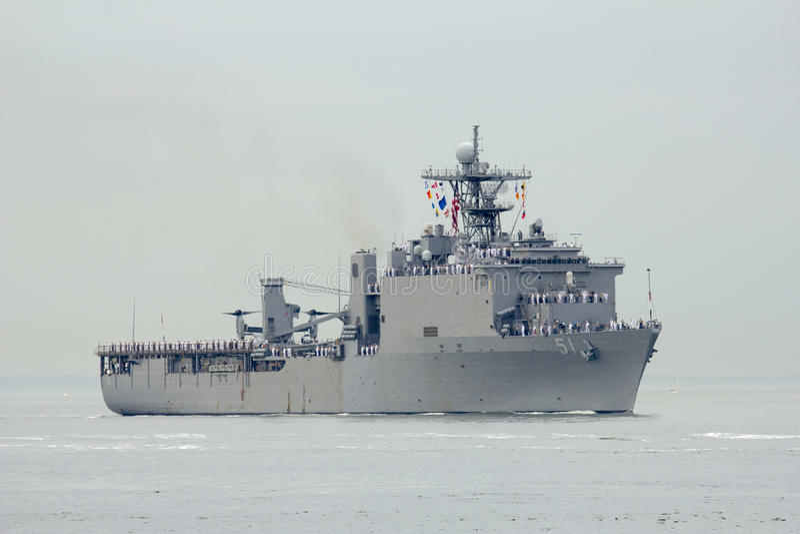 Skeppet för USS Oak Hill skeppsdockalandning av Förenta staternamarinen under ståtar av skepp på den hastiga veckan 2014 arkivbilder