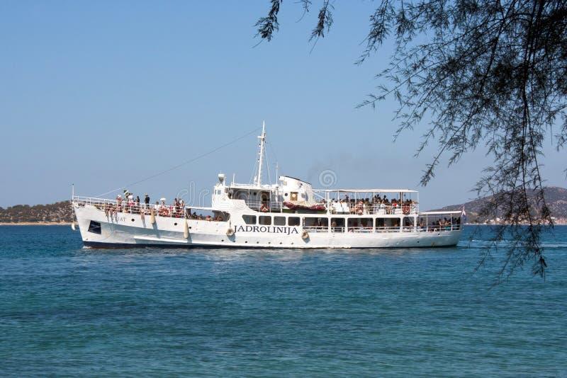 Skeppet med passagerare i Adriatiskt havet nära kostar royaltyfria bilder